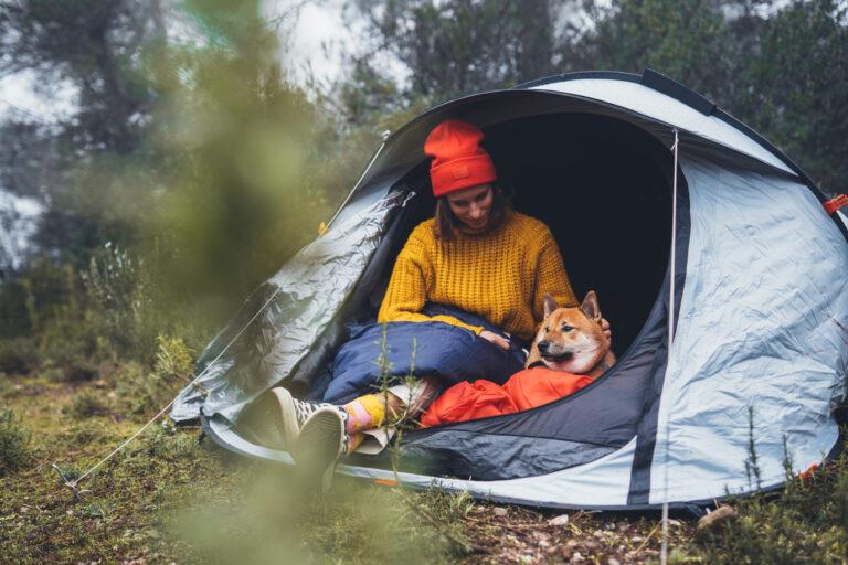 Žena se psem ve stanu