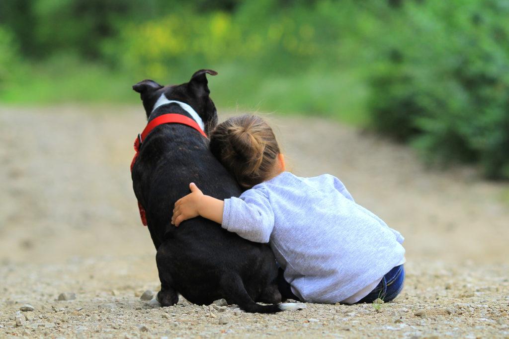 Dívka s černým psem